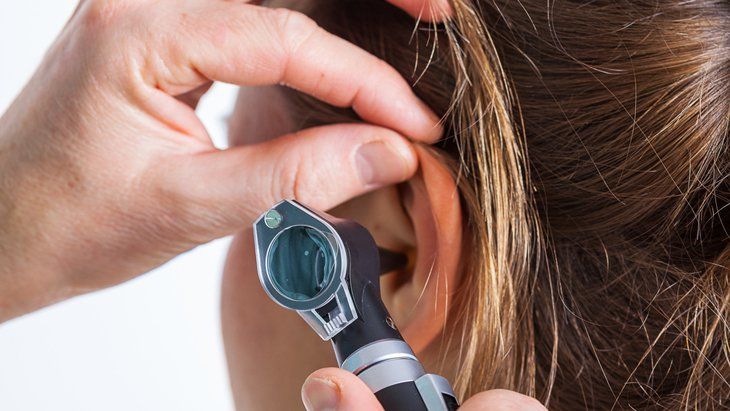 How is pulsatile tinnitus diagnosed?